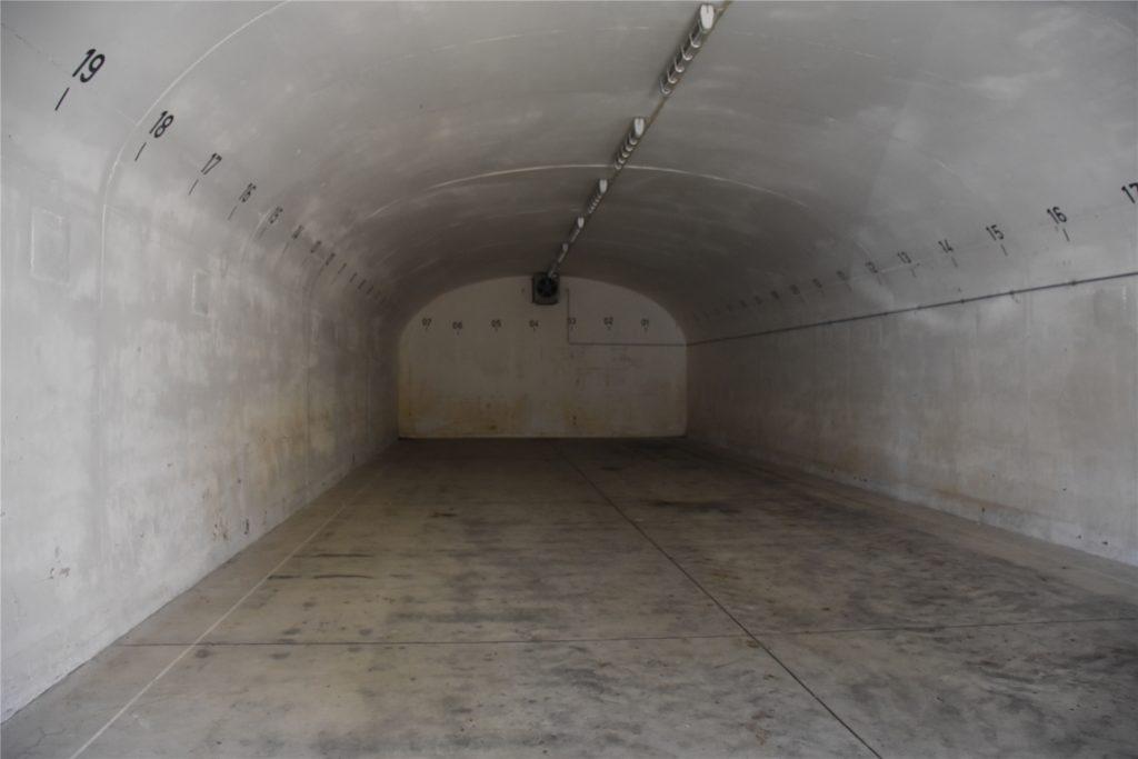 So sieht einer der Bunker von innen aus. Eigentlich nur eine große leere Halle.