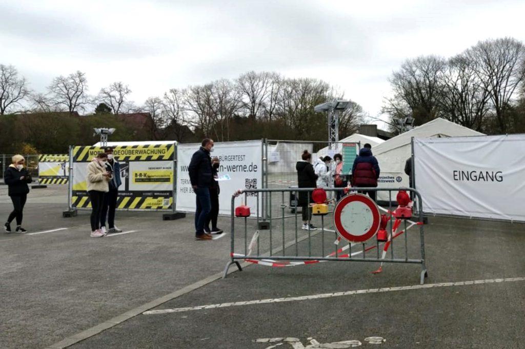 Am Testzentrum am Hagen bildet sich eine kleine Menschenschlange.