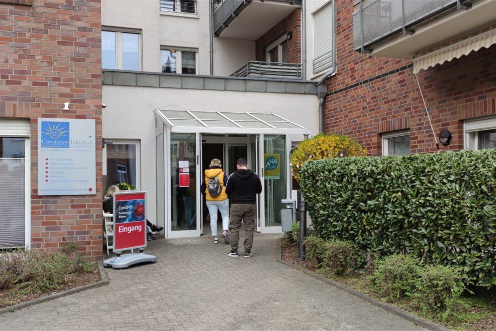 Auch am Testzentrum Jakubke nutzen die Werner die Gelegenheit, sich am Ostersamstag testen zu lassen.
