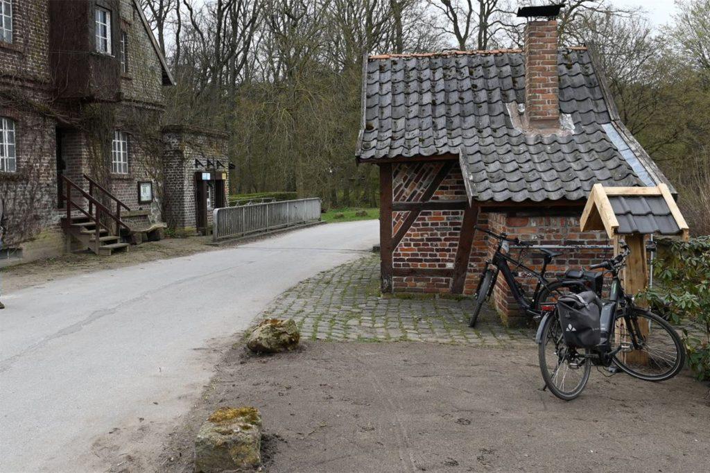 Die Ladestation befindet sich gegenüber der Mühle.