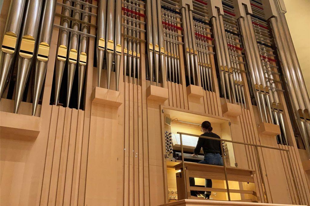 Carola Mariß während ihres Aufenthaltes in London an der imposanten Orgel im Konzertsaal der Academy.