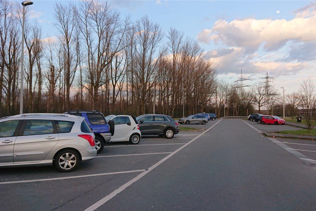 Der Rastplatz Lusebrink in Fahrtrichtung Duisburg ist gegen 18 Uhr nahezu menschenleer. Drei Stunden später soll sich hier ein ganz anderes Bild ergeben.
