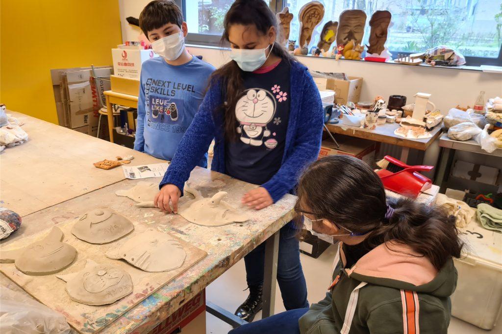 Ariadnna (Mitte) präsentiert Richard (links) und Stephanie (rechts) ihre Dämonen-Maske.