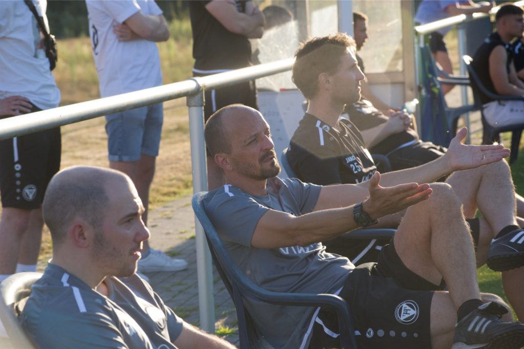 Sebastian Amendt (h.) bleibt genauso beim TuS Haltern am See wie Oberliga-Trainer Timo Ostdorf (v.).