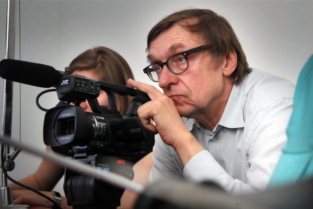 """Regisseur Adolf Winkelmann im Einsatz. 2011 erarbeitete er für die Ruhr Nachrichten eine Dokumentation mit Amateur-Filmaufnahmen aus Dortmund unter dem Titel """"So war das""""."""