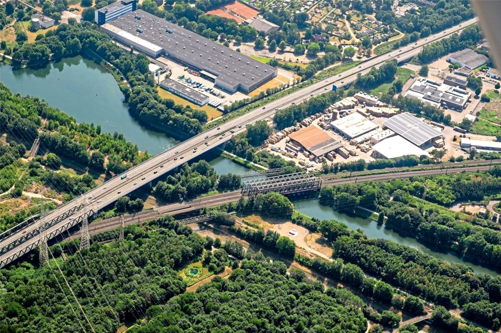 Die Emschertalbrücke, über die die A43 verläuft, muss eingehend untersucht und vermutlich früher als geplant neu gebaut werden. Sie ist über 400 Meter lang und überquert die Bahn, den Rhein-Herne-Kanal und die Emscher.