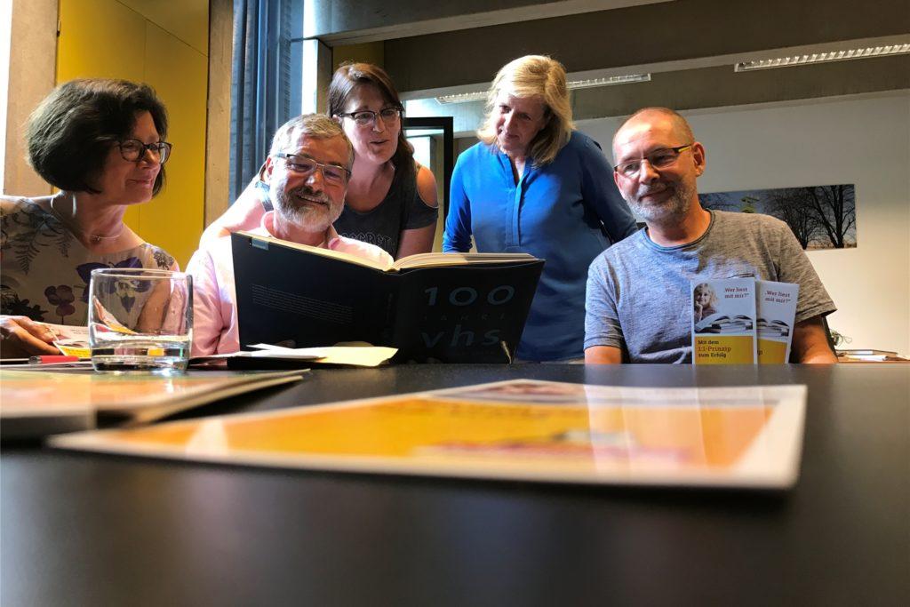 Der Verein Mentor startete seine Lesepaten-Initiative vor zwei Jahren in Castrop-Rauxel (sitzend v.l.): Schatzmeisterin Notburga Tielke-Hosemann, der stellvertretende Vorsitzende Bernd Hosemann und der Vorsitzende Helmut Jüngst, hier mit VHS-Leiterin Melanie Heine und Sozialdezernentin Regina Kleff.