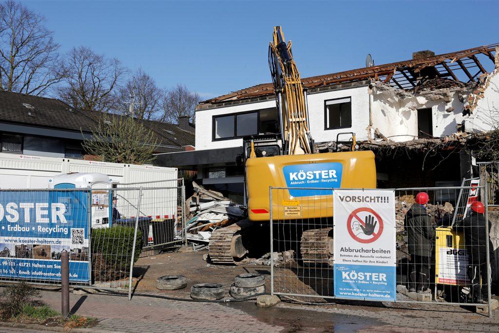 Die Firma Köster aus Haltern nimmt den Abriss der Sparkasse vor.