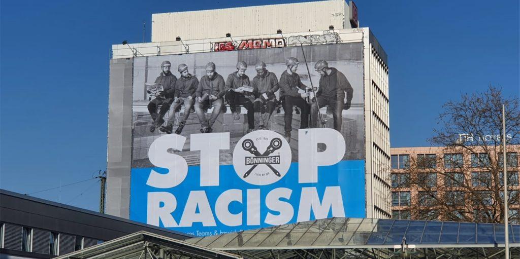 In auffälliger Weise nimmt die Gerüstbaufirma Bönninger an ihren Baustellen Stellung gegen Rassismus.