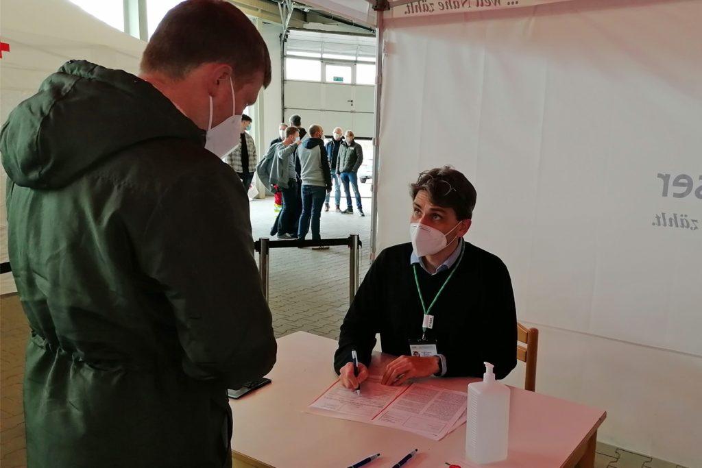 Auch wenn sie spontan reagieren mussten, die Impfaktion der Feuerwehrleute im Impfzentrum in Velen lief am Sonntag und Montag reibungslos ab.