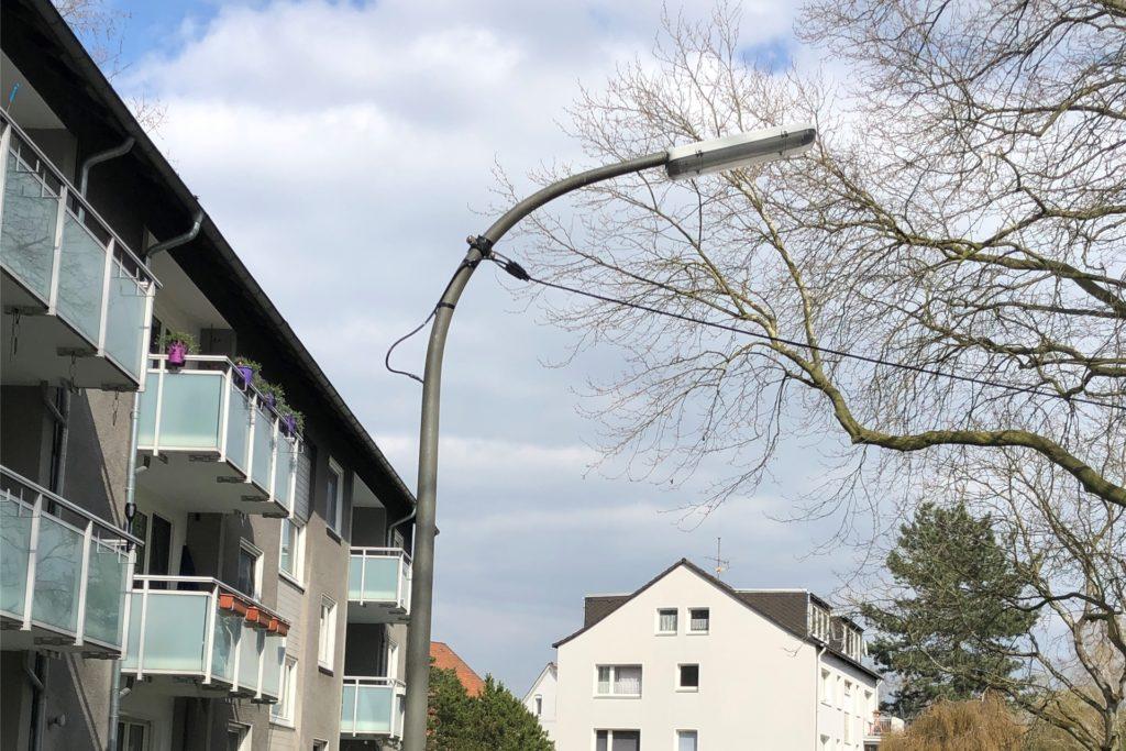 Anwohner Erhard Klemm kritisiert, dass die Stromzufuhr an den neuen Straßenlaternen am Mühlackerplatz überirdisch geregelt ist