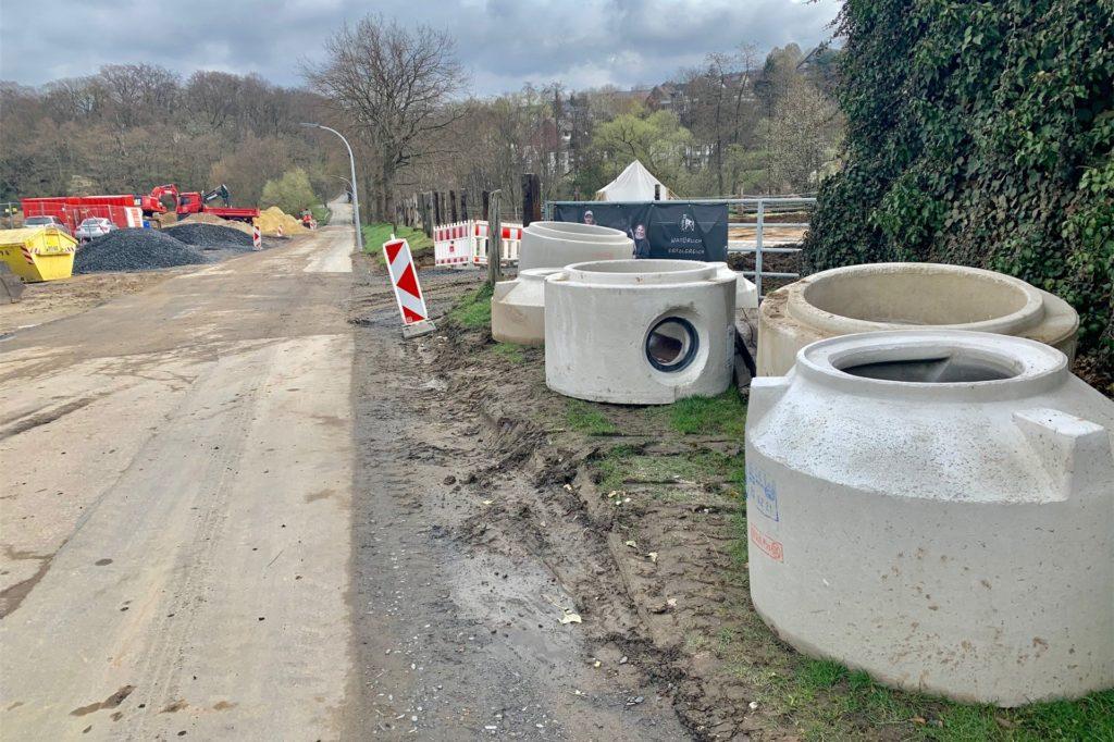 An der Straße Hohle Eiche werden ein neuer Kanal und ein Regenrückhaltebecken gebaut. Die Durchfahrt zur Hellerstraße ist nicht möglich.