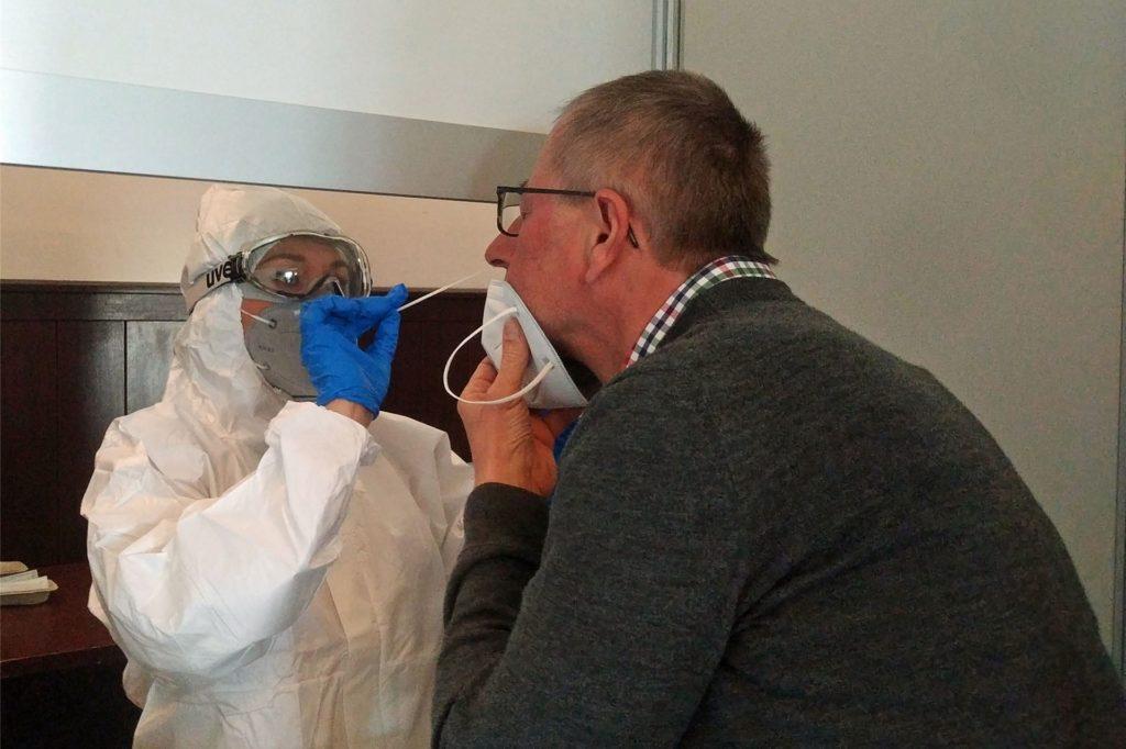 Bezirksbürgermeister Ludger Schnieder hatte sich nach der Eröffnung des Test-Zentrum im Brauhaus in Kirchhellen als Erster testen lassen.