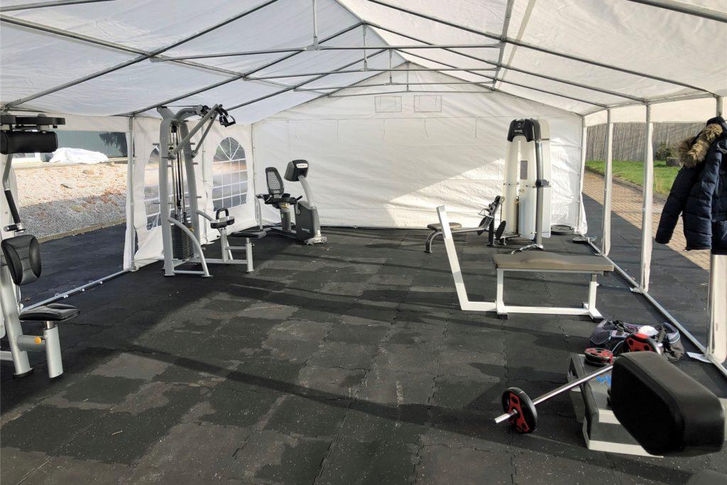 In zwei voneinander getrennten Zelten können Mitglieder nun wieder an verschiedenen Geräten trainieren.