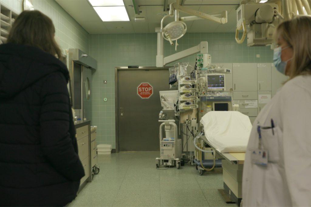 Bewegender Moment: Claudia Fromme im Schockraum der Insbrucker Klinik, in dem ihre Tochter Annika verstorben ist.