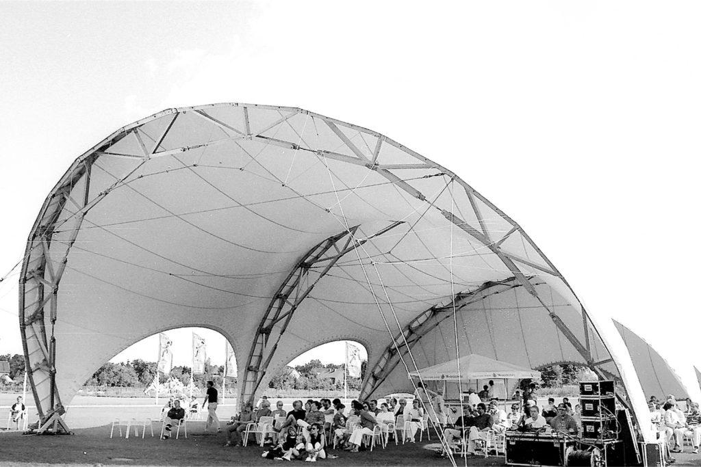 Die Besucher fanden unter dem Zeltdach Schutz vor Regen und Wind und ließen die Eindrücke, die sie beim Gang über die Landesgartenschau gesammelt hatten, Revue passieren.