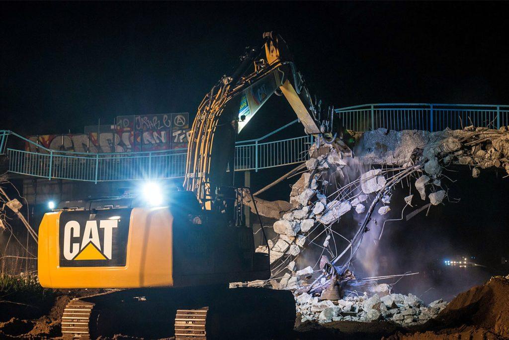 Zum Fotografieren des Abbruchs einer Fußgängerbrücke über der A43 rückte Daniel Konopka nachts aus.