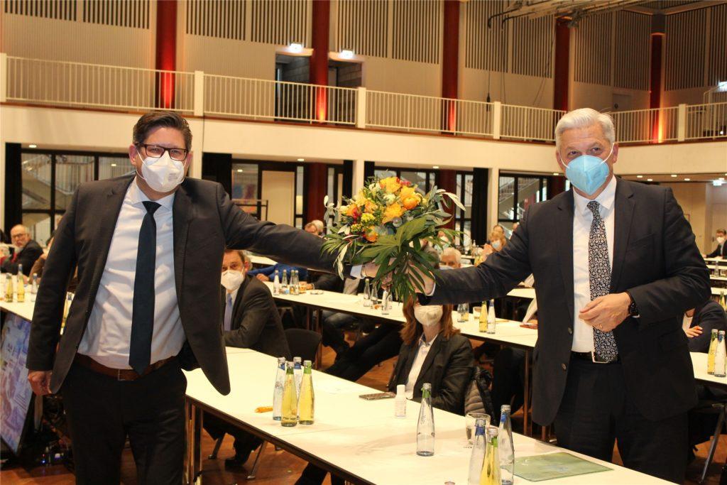 CDU-Parteichef Marco Morten Pufke gratuliert Hubert Hüppe mit einem Strauß Blumen zur erneuten Kandidatur für den Bundestag im Wahlkreis Unna I bei der Wahl am 26. September 2021.