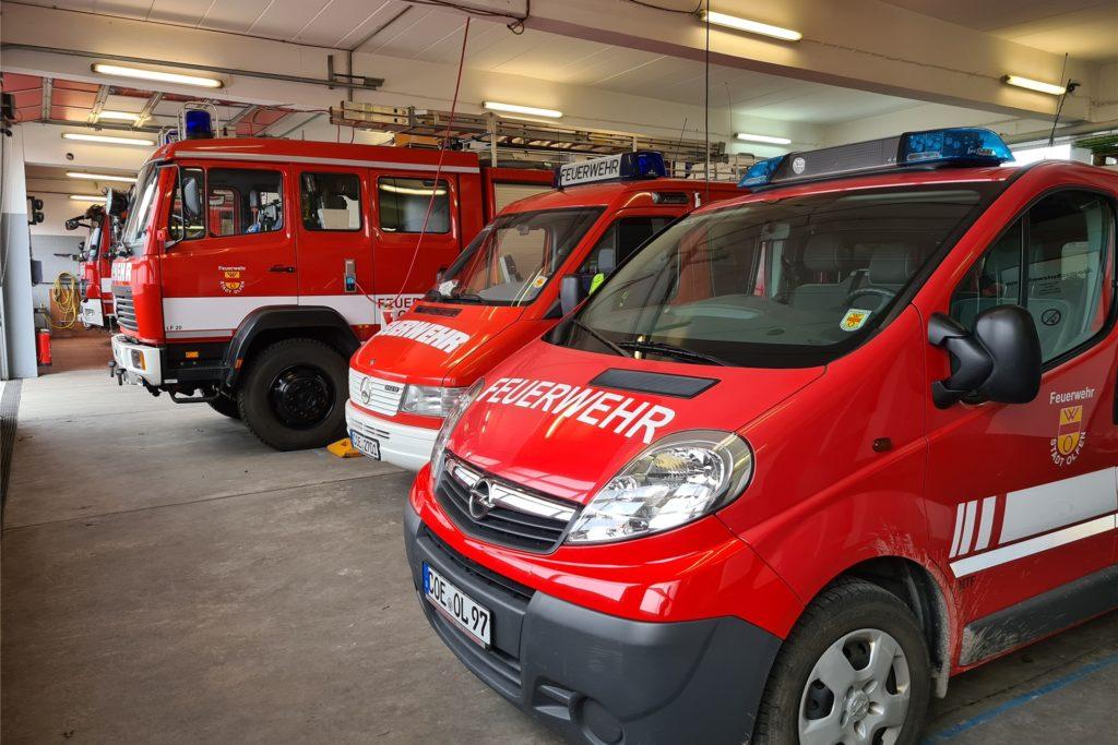 Im Gerätehaus des Löschzuges Olfen warten acht Feuerwehrfahrzeuge auf die nächste Einsatzfahrt.