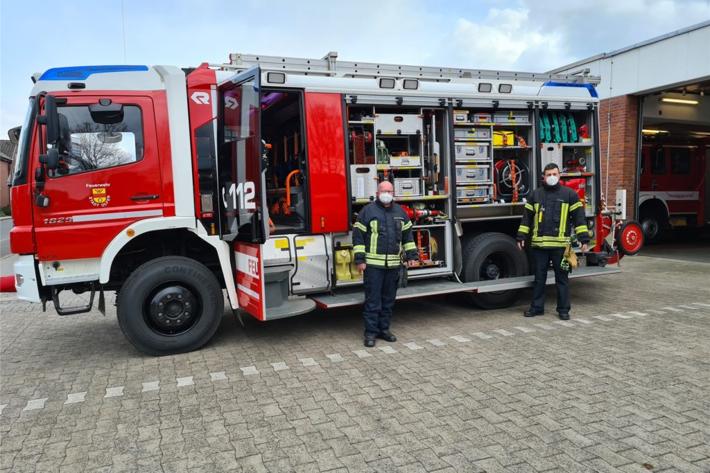 Alles am richtigen Platz: Das Einsatzfahrzeug ist mit mehr als 1000 Teilen bestückt. Karsten Nieländer und der hauptamtliche Gerätewart Oliver Lechel (von links) überprüfen den Zustand des Materials.