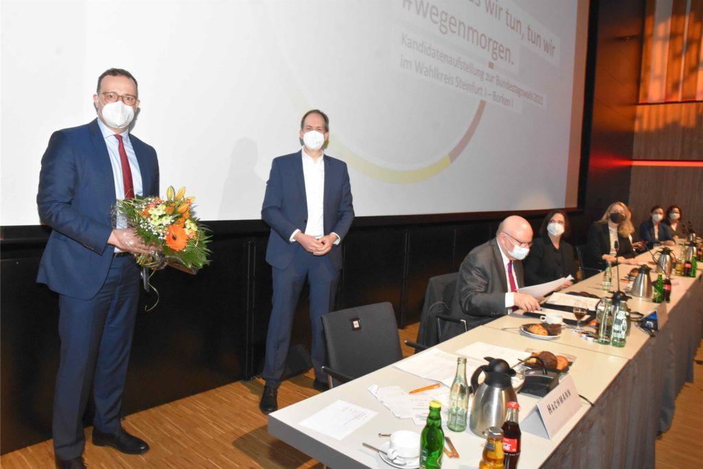 Will zum sechsten Mal für die CDU in den Bundestag einziehen: Jens Spahn (40, links). 49 der 53 Wahlkreisvertreter stimmten für ihn. Rechts Andree Hachmann (Fraktionsvorsitzender der CDU Rheine).