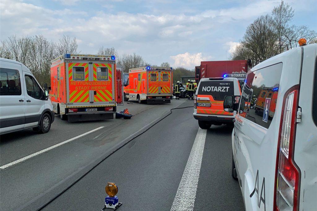 Zahlreiche Rettungskräfte, darunter auch die Feuerwehr Werne, waren am Montagnachmittag zu dem Doppel-Unfall auf der A1 zwischen Werne und Ascheberg gerufen worden.