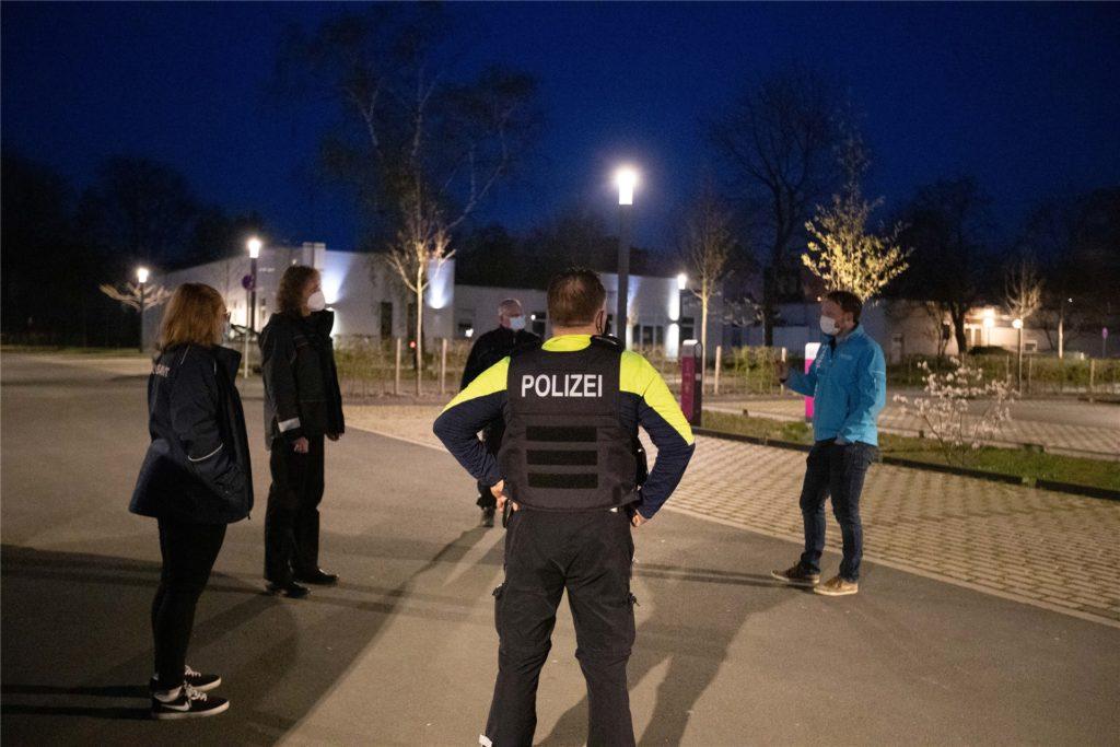 RN-Chefreporter Daniel Claeßen (r.) traf sich am Montagabend (19. März) mit Ordnungsamt und Polizei an der Skateranlage zum Interview.