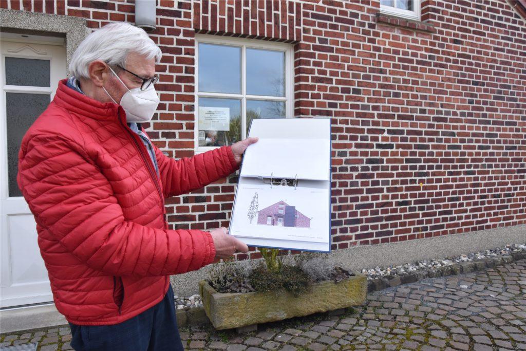 Ludger Besse, Vorsitzender der Heimatvereins zeigt die ersten Entwürfe für den Aufzug der das Heimathaus barrierefrei machen soll.