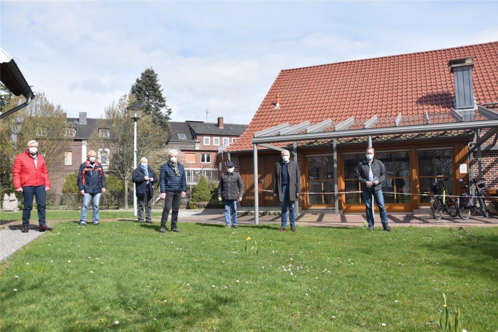 Olfens Bürgermeister Wilhelm Sendermann (2. v. r.) und der Heimatverein freuen sich darüber, dass das Heimathaus seiner Funktion als Begegnungsstätte bald noch besser gerecht werden kann.