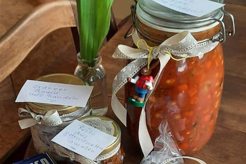 Freunde und Nachbarn stellten Annette Kritzler Essen und Geschenke vor die Wohnungstür.