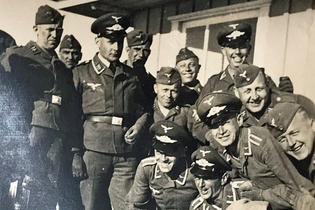 Heinrich Elberfeld inmitten seiner Kriegskameraden.