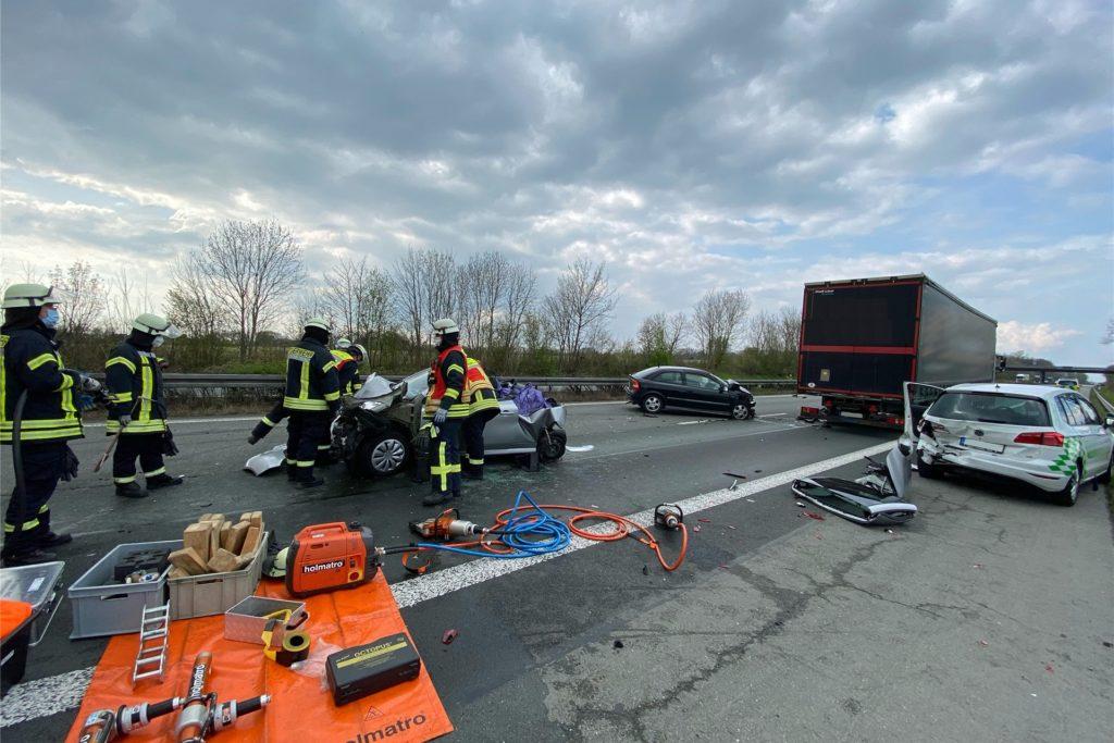 Insgesamt vier Fahrzeuge - darunter auch ein Fahrschul-Wagen mit einer Fahrlehrerin aus Werne (r.) - waren in den Unfall involviert.