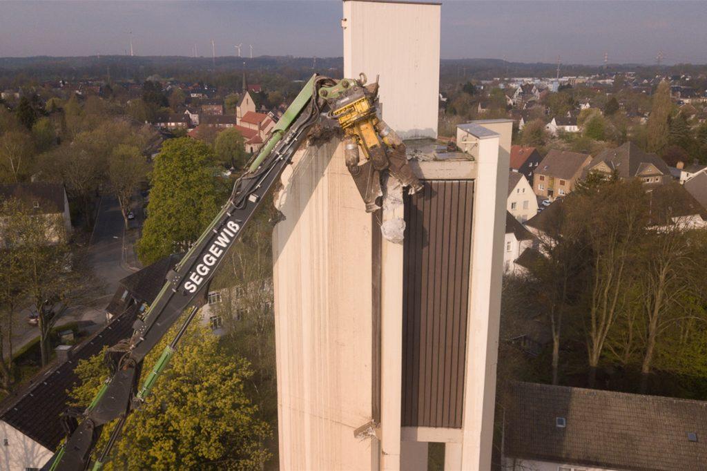 Stück für Stück hat sich der Abrissbagger den Glockenturm vorgenommen.