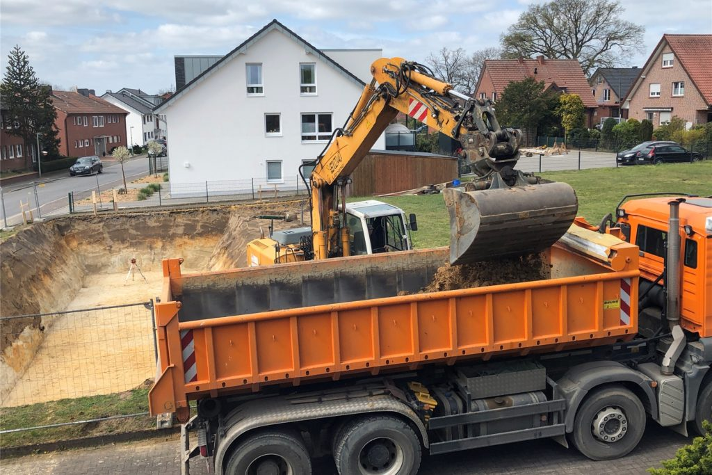 Die Baugrube für ein neues Eigenheim-Projekt ist ausgehoben. Jeden Tag erhält die Stadt Nachfragen von Bauwilligen, die händeringend ein Grundstück in Haltern suchen.