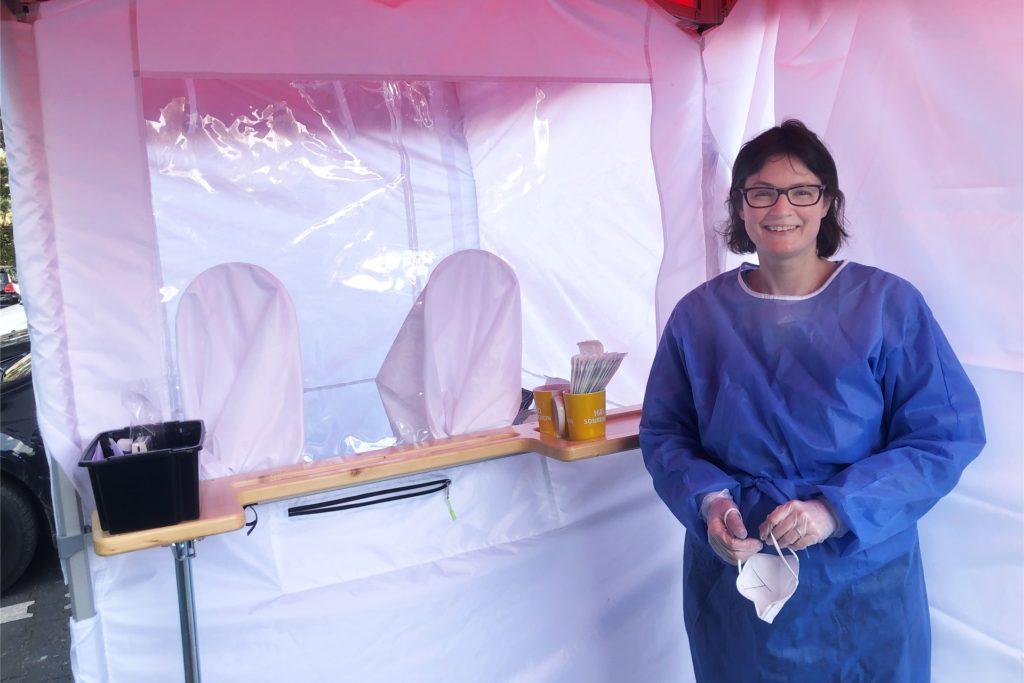 Svanje Kuepper hat so schnell es ging vor ihrer Burg-Apotheke in Henrichenburg eine Teststation eröffnet.