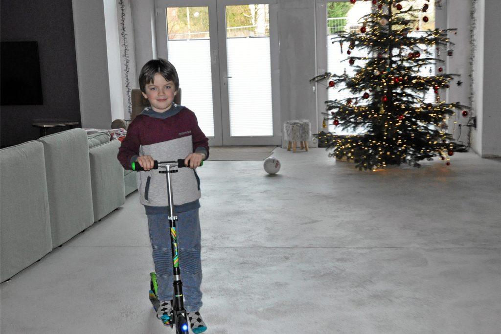 Rollerfahren im Wohnzimmer - bei Familie Huxel funktioniert´s. So konnte Paul sein rasantes Weihnachtsgeschenk mit Leuchträdern sofort ausprobieren.
