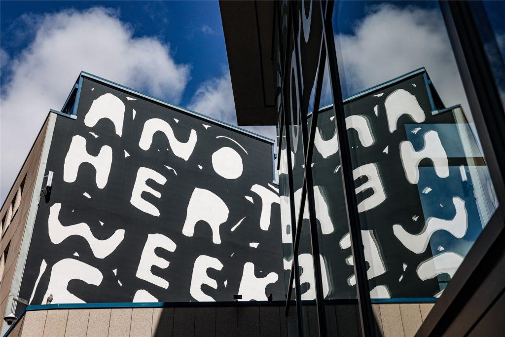 Seine Skizzen zieren Kleider, seine Werke hängen in Galerien in Tokio und New York - und ein Werk des einstigen Underground-Künstlers Stefan Marx schmückt seit zwei Jahren eine Fassade im Brückviertel in Dortmund.