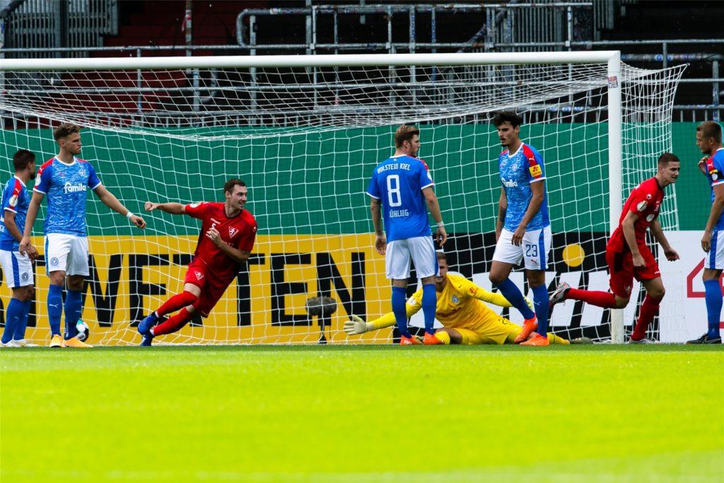 Oberligist Rielasingen-Arlen (rot) ging gegen Kiel sogar in Führung. Am Ende gewann Holstein aber deutlich.