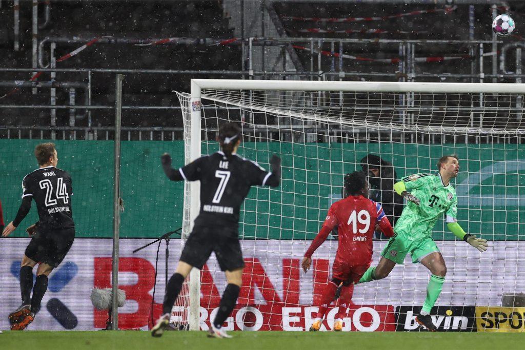Bayern-Torwart Manuel Neuer (grün) kann dem Ball nur hinterher schauen: Hauke Wahls (24) Kopfball geht über ihn ins Tor. Der Kieler Jae-sung Lee (7) freut sich schon.