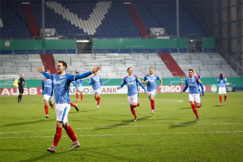 Simon Lorenz jubelt nach seinem entscheidenden Treffer im Elfmeterschießen gegen Darmstadt.