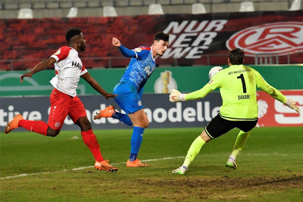 Der Ex-Dortmunder Janni Serra (blau) trifft zum 2:0 gegen RW Essen.
