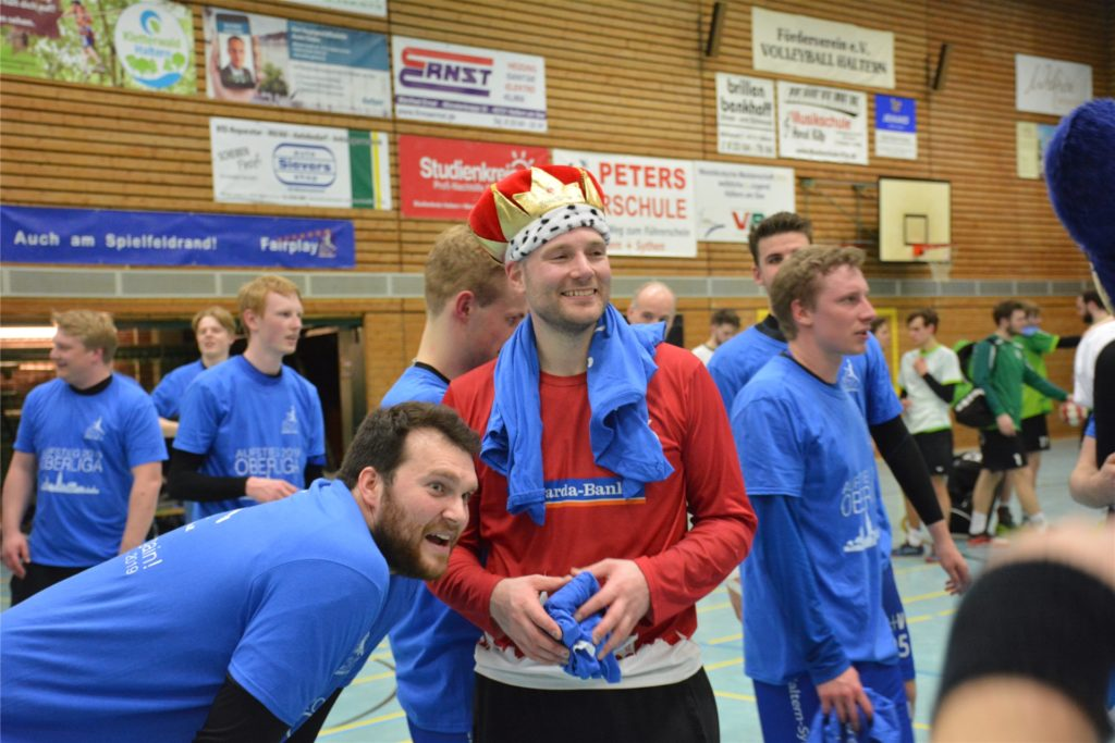 Daniel Lüger (l.), hier neben seinem Halterner Torwart-Kollegen Stephan Haunert, stieg 2019 mit dem HSC Haltern-Sythen in die Oberliga auf.