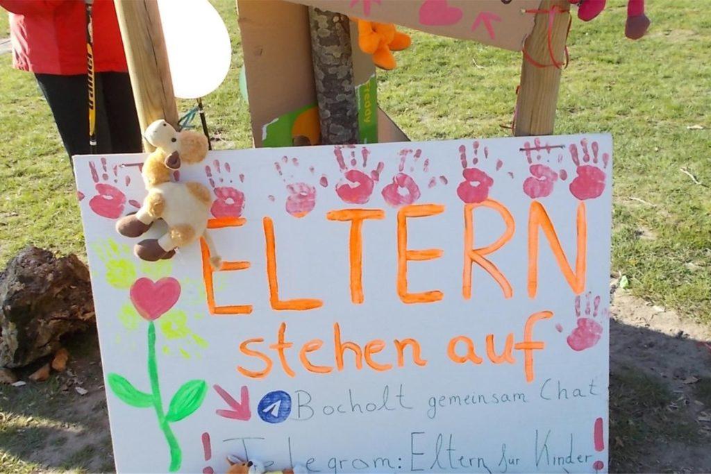 Unbekannte haben am Wochenende Protestplakate gegen Coronamaßnahmen am Spielplatz im Losbergpark aufgehängt. Das Ordnungsamt hat sie am Montagmorgen entfernt.