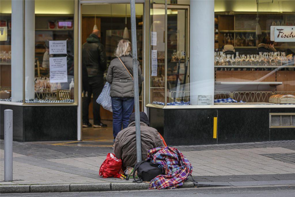 """Das stille Betteln vor einem Geschäft ist ordnungsrechtlich nicht zu beanstanden. """"Das ist eine gesellschaftliche Frage, die wir zu lösen haben"""", sagt Dortmunds Oberbürgermeister Thomas Westphal."""