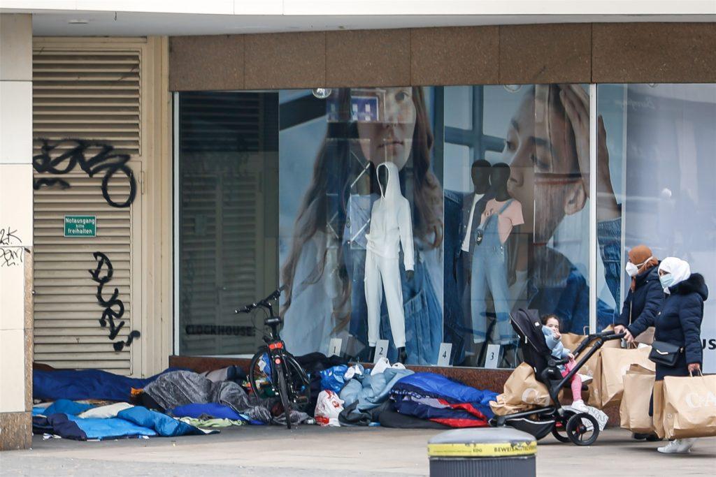 Die Obdachlosen, die auf dem Westenhellweg ihre Schlafsäcke ausbreiten, schaden nach Ansicht des Cityrings der Attraktivität und dem Image der Dortmunder Innenstadt. Die Kaufleute setzen sich für eine Betreuung der Menschen ein und sind bereit, die Sozialarbeit zu unterstützen.
