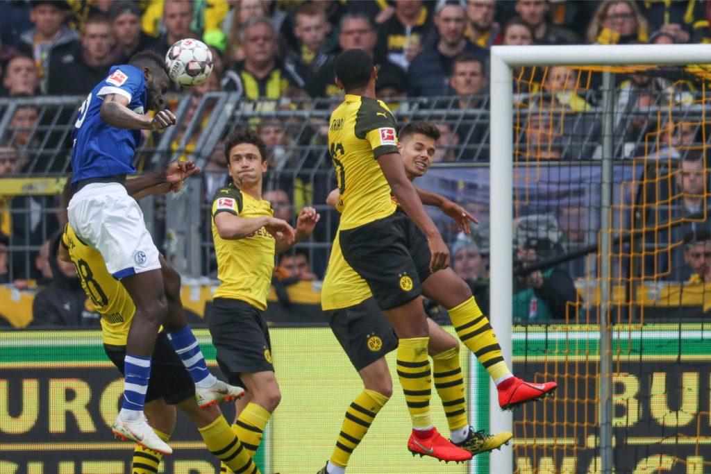 Salif Sane erzielt das 2:1 für Schalke. Durch die 2:4-Niederlage verpasste der BVB die Chance, auf Platz eins zu springen.