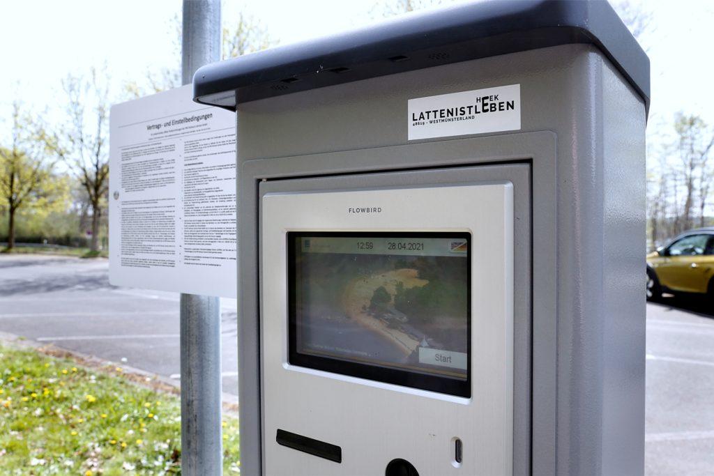 Der Parkscheinautomat befindet sich mitten auf dem Parkplatz.