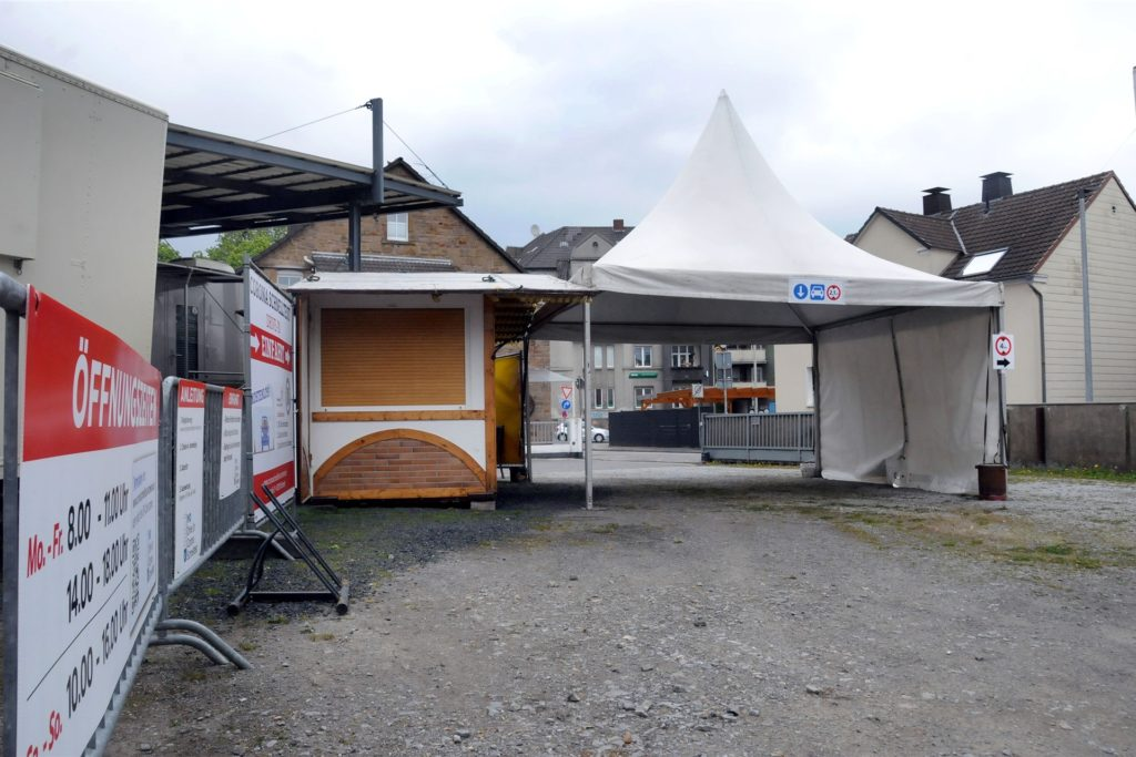 Neben dem Pagodenzelt macht sich eine Weihnachtmarkthütte, an der es normalerweise Käsespieße und Baguettes gibt, nützlich beim Coronaschnelltest-Drive-in an der Kuhstraße/Ecke Béthunestraße.