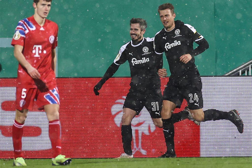 Finn Bartels (l.) freut sich mit Kapitän Hauke Wahl über seinen Treffer zum 1:1 gegen Bayern.