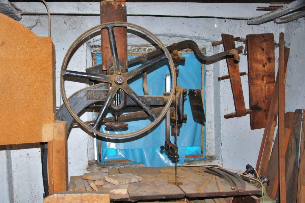 Die elektrische Bandsäge in der Stuhlmacher-Werkstatt an der Westmauer stammt aus dem Jahr 1905.